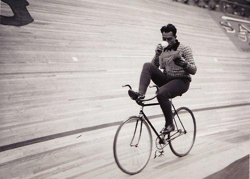 ciclista leyendo